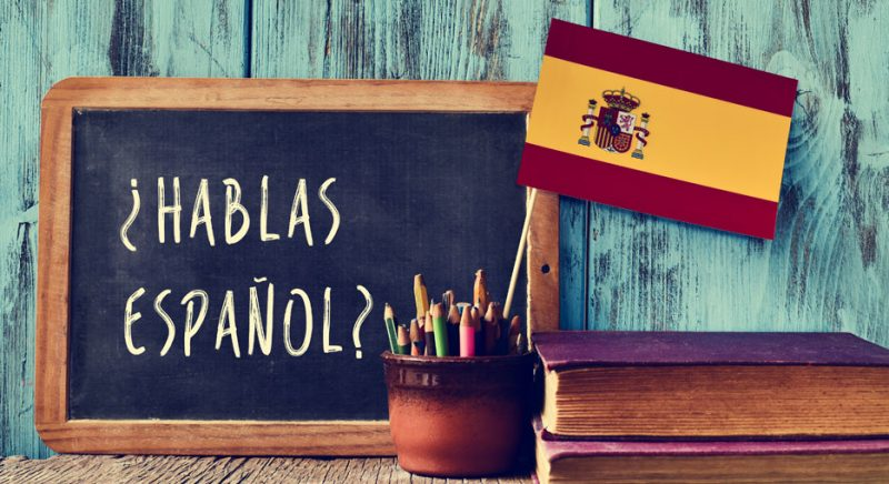 ¿hablas español? board and Spanish flag