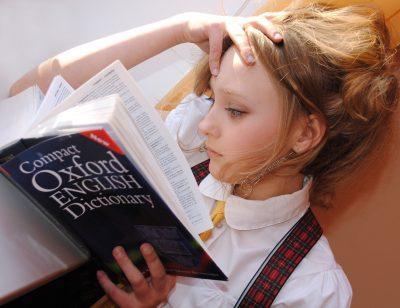 chica leyendo diccionario oxford